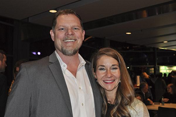 一家房地产公司总裁Mike Williams 先生与Molly Pujals 女士赞扬神韵演出精美备至,引人共鸣。(乐原/大纪元)