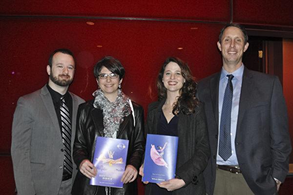 Tim Wysocki先生、Kim Sivermell女士、Rachel Glasser女士、Corwin Glasser先生(自右至左)几位朋友一起看完神韵演出后表示深受感动。(乐原/大纪元)
