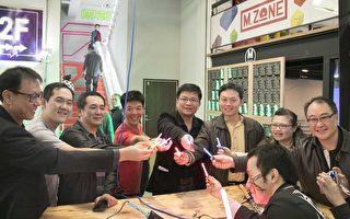 高雄市经发局长曾文生与来宾一同体验DIY焊接小光剑成果。(高市府经发局提供)