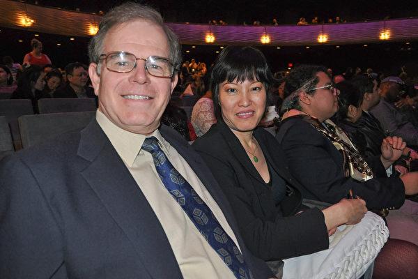 飞行员Richard Funk先生和Jenny Pant女士表示,从神韵中学到了许多中国传统文化。(乐原/大纪元)