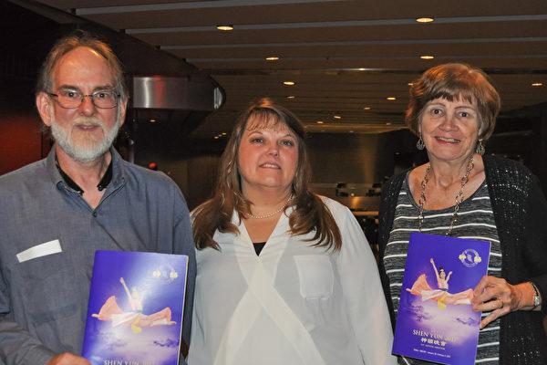 Alan Taylor先生、太太Sheila和友人Susan Ginn女士(自左至右)表示,神韵演出给他们带来祥和愉快的感觉。(乐原/大纪元)