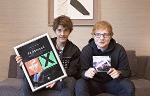 吴克群(左)献上自己新歌《人生超幽默》及红发艾德(右)的作品《你的样子Shape Of You》的中文混编版。(华纳音乐提供)