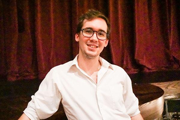 音乐人Tyler Nimon站在神韵演出的剧院乐池前想看个究竟。(温文清/大纪元)