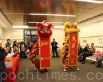 醒獅在喧鬧的鑼鼓聲中恭祝華人權益促進會大展鴻圖。(李霖昭/大紀元)