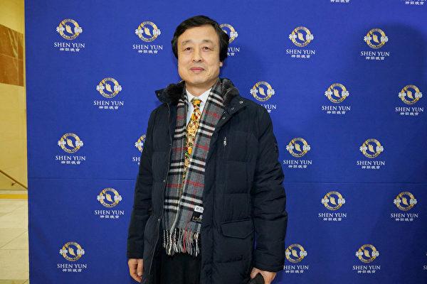 2017年2月10日晚上,釜山广域市文人协会副会长、诗人金赞植观赏神韵纽约艺术团在韩国釜山文化会馆的演出。(金国焕/大纪元)