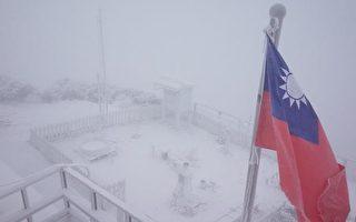 寒流發威,11日清晨玉山降雪,中央氣象局說目前已累積約2公分積雪,降雪持續中。 (中央氣象局提供)
