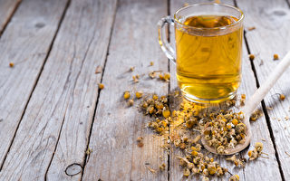 野甘菊茶连喝一个月,可有效预防头痛、偏头痛以及各种神经痛。(HandmadePictures/Shutterstock)