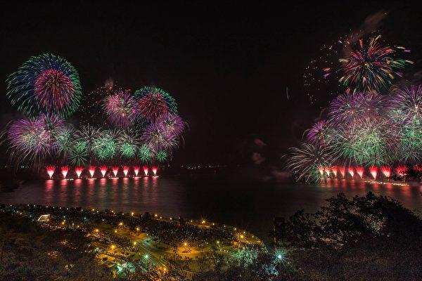 大港花火秀最后一场,长达20分17秒的绚丽花火,象征2017年的高雄光彩夺目、耀眼动人。(高雄市政府提供)