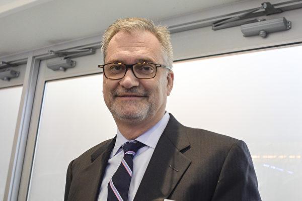 慈善家、Marquette法学院董事会主席William McEssy先生于2017年2月12日下午在芝加哥哈里斯剧院观看神韵世界艺术团的演出。(唐明镜/大纪元)