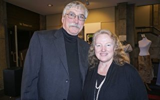 印第安纳州的摄影师Karen Bowling和先生观看了神韵后,对神韵的美好和演出呈现的缤纷色彩非常难忘。(林朴/大纪元)