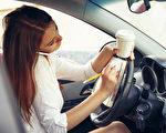 边开车边讲电话的人——即便用免提设备,其表现也还比不上酒驾者。(perfectlab/shutterstock)
