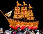 由法轮大法学员集体创作的法船花灯,今年再度成为在云林虎尾举办的2017台湾灯会的焦点之一,吸引了来自各地游客的目光。(王嘉益/ 大纪元)