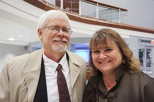 Diane Silbaugh女士和先生Mark Silbaugh一同观看了2017年2月14日情人节当晚的神韵演出。(温文清/大纪元)