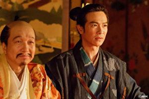 在《森田藥粧劇場 真田丸》中,堺雅人(右)侍奉小日向文世所飾演的豐臣秀吉(左)。(緯來日本台提供)