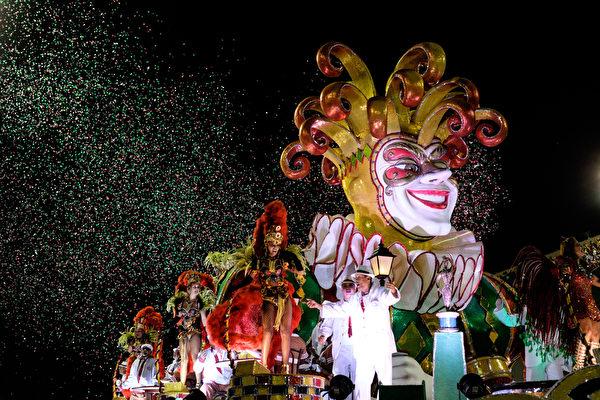 2015年2月21日,里约热内卢嘉年华大游行,Unidos da Tijuca桑巴学校游行队伍。(YASUYOSHI CHIBA/AFP)