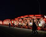 长60米、高4米、宽5米的西螺大桥花灯,展现传统与现代工艺之美。(云林县府提供)