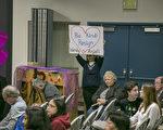 在2月14日晚的学区会议上,库柏蒂诺居民纷纷发言,要求学区主席柯萨和学监谷德薇下台。(曹景哲/大纪元)