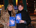 作為一份特別的生日禮物,Mary Olslung(右)邀請朋友Sally Rich(左)觀看了2月17日晚在巴爾的摩競技場劇院的神韻演出。(亦平/大紀元)