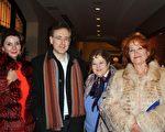來自俄羅斯的Alex Poberesky律師(左二)和母親Tanya Kulchinsky(右二),與來自烏克蘭的Tanya Hall女士(左一)和母親Ludmilla Golang結伴前來觀看神韻。(蕭恩/大紀元)