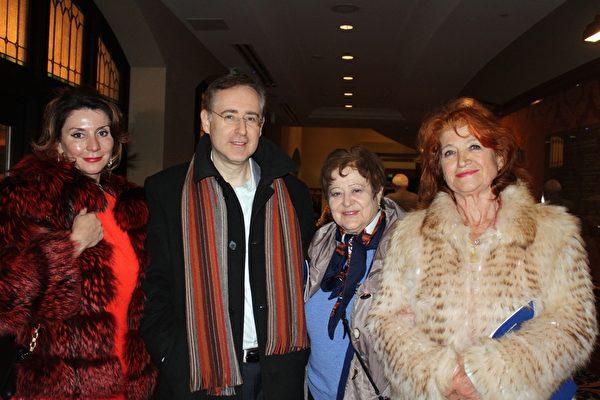 来自俄罗斯的Alex Poberesky律师(左二)和母亲Tanya Kulchinsky(右二),与来自乌克兰的Tanya Hall女士(左一)和母亲Ludmilla Golang结伴前来观看神韵。(萧恩/大纪元)