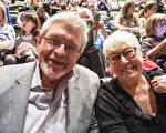 2月17日晚,芝加哥著名爵士乐俱乐部常驻长号手Russ Phillips和太太Jeannie Lambert观看了神韵世界艺术团在芝加哥市的第5场演出。(唐明镜/大纪元)