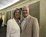 2月17日晚,奥格斯伯格大学数学教授Todd Wadsworth携太太Beverley Wadsworth一起观赏了神韵演出。他说:终于如愿以偿。(李文婷/大纪元)