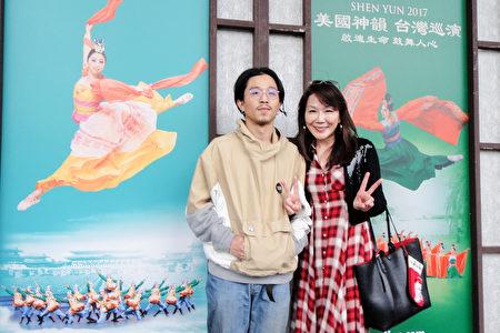 2017年2月18日下午,貿易公司總經理沈秉慈(右)觀賞美國神韻紐約藝術團在台北國父紀念館的演出。(陳羽柔/大紀元)