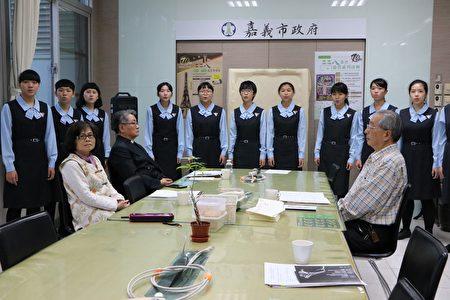 宏仁女中同学合唱团带来合唱曲。(李撷璎/大纪元)