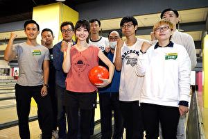 黑嘉嘉(左四)特地邀請粉絲參加「保齡球」同樂會。(種子音樂提供)