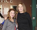 職業賽馬騎師Emily Fewster與母親Carolyn一起在2月18日來Hippodrome劇院觀看神韻。(蕭恩/大紀元)
