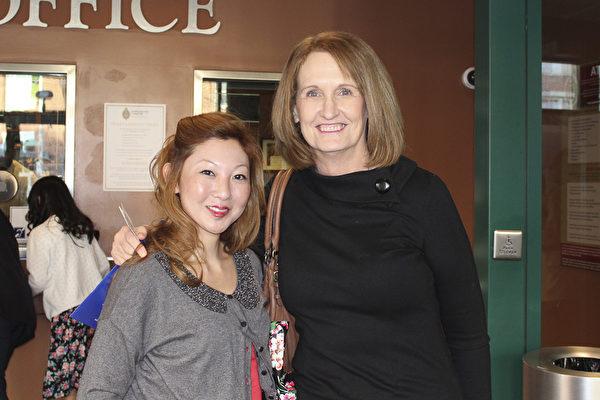 职业赛马骑师Emily Fewster与母亲Carolyn一起在2月18日来Hippodrome剧院观看神韵。(萧恩/大纪元)