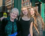 有聲書配音員Susan Reinhardt女士以前看過神韻,今年特意帶上朋友一起來看。(李莎/大紀元)