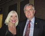 明州一家電信公司的前總裁Robert Eddy與太太Kam Hayes都表示,非常喜歡神韻,演出幽默風趣,同時也讓人思考,展現很好主題。(李文婷/大紀元)