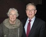 Daniel Utter先生和太太Donna Utter觀看神韻演出後說:「神韻演出非常壯麗輝煌。」(李文婷/大紀元)