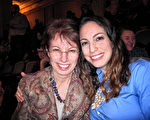 前舞蹈演員Terra Rogers(右)與母親Carol對神韻演出讚不絕口。(童雲/大紀元)