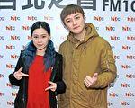 阿沁(右)更帶著旗下的愛徒陳曼青(左)特地現身Hit Fm聯播網接受Gigi《HIT週末!》專訪。(台北之音提供)