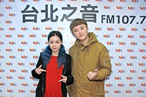 阿沁(右)更带着旗下的爱徒陈曼青(左)特地现身Hit Fm联播网接受Gigi《HIT周末!》专访。(台北之音提供)