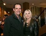 国防合同承包商经理Jack Woelfel与太太Audrey观看神韵,作为情人节的庆祝。(李莎/大纪元)