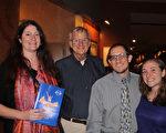 Greg Hinchliffe先生(左二)和三位朋友Jen Fischetti(左一), Rachin(右一) 與Kevin Okun一起於2月18日在Hippodrome劇院觀看神韻。(蕭恩/大紀元)