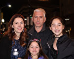 來自羅馬尼亞的Adrain Calin帶著太太和兩個女兒一起來Hippodrome劇院觀看神韻。(蕭恩/大紀元)