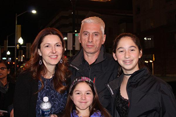 来自罗马尼亚的Adrain Calin带着太太和两个女儿一起来Hippodrome剧院观看神韵。(萧恩/大纪元)