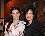 Carmen和Trish Morrison母女在2月18日晚來到Hippodrome劇院觀看神韻演出。(蕭恩/大紀元)