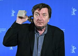 芬蘭大師阿基郭利斯馬基準備裸退,新作《希望在世界另一端》卻勇擒銀熊導演獎。(海鵬提供)