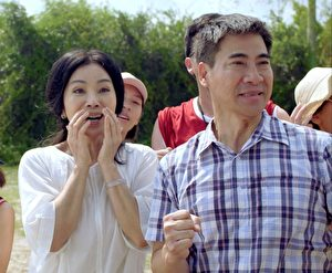 《媽,告訴我哪裡有光》劇照,圖為翁家明(右)、陳美鳳(左)合演夫妻檔。(公視提供)