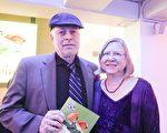2月19日午,美國醫療協會研究員Phil Perry和太太Sigrid 觀看了在芝加哥哈里斯劇院的神韻世界藝術團表演。(唐明鏡/大紀元)