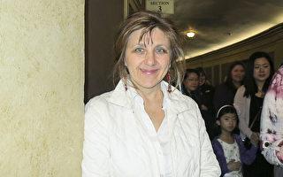财务分析师Luba Gopaul女士观看了神韵北美艺术团在美国明尼阿波利斯的演出。(林南宇/大纪元)