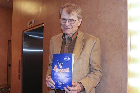 电脑专家Bruce Hedrick先生2月19日观看神韵演出后认为,神韵复兴丢失的宝藏对人们很有好处。(亦平/大纪元)