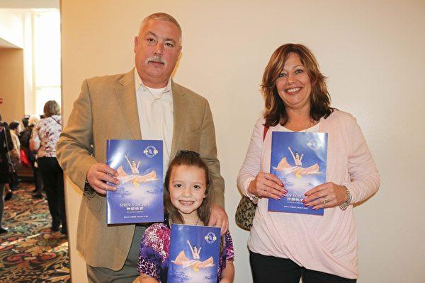 2月19日下午,前美国海军陆战队员Mark McDonald和太太Maria McDonald带孙女一起观看了神韵巡回艺术团今年在巴尔的摩的最后一场演出。(亦平/大纪元)