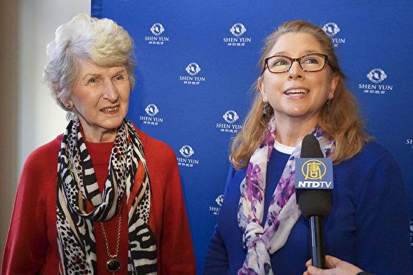 """退休旅馆老板Kathleen Regester(左)和护士Kristi Ridgell(右)结伴看完神韵后,Ridgell兴奋地说:""""真高兴我们买了票,并且坐一小时车来看演出!我要向所有人推荐神韵,真是美极了!""""(新唐人电视)"""