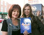 Colleen Clark女士和女儿观看了2月19日下午神韵在巴尔的摩的演出。(李莎/大纪元)